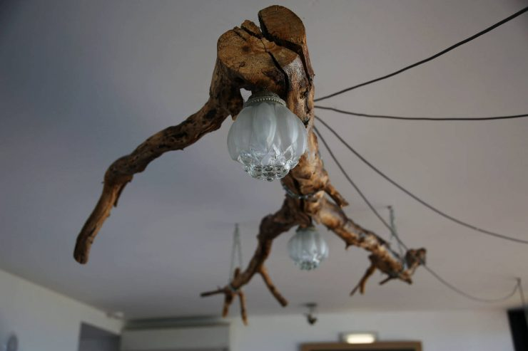 Interiors, diy wooden branch lamp at A serenada enoturismo, wine tourism in Portugal | Read the full review on Due fili d'erba | Two blades of grass | Thais FK