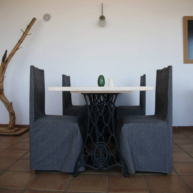 Interiors, marble table with old sewing machine legs at A serenada enoturismo, wine tourism in Portugal | Read the full review on Due fili d'erba | Two blades of grass | Thais FK