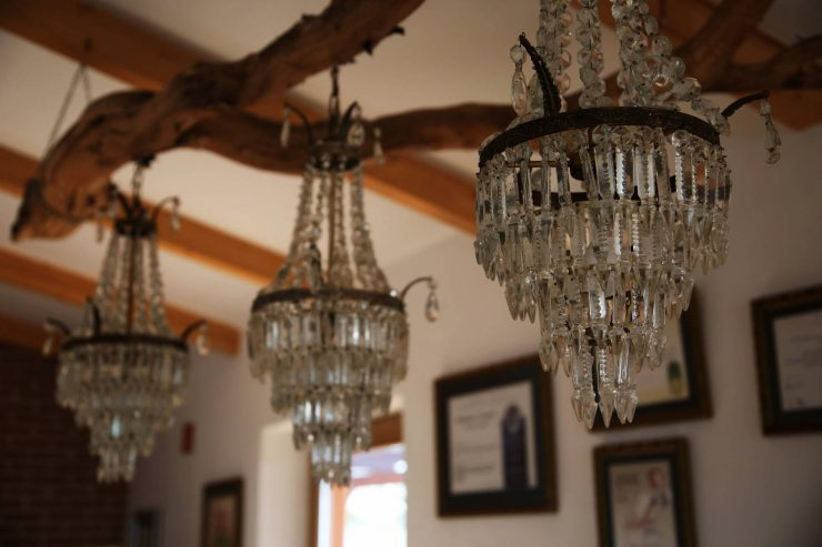 Interiors, diy wooden branch chandelier at A serenada enoturismo, wine tourism in Portugal | Read the full review on Due fili d'erba | Two blades of grass | Thais FK
