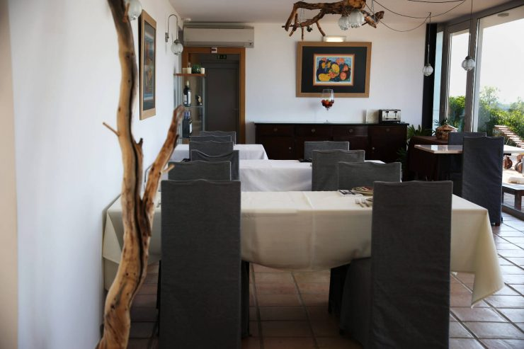 Interiors, dining room at A serenada enoturismo, wine tourism in Portugal | Read the full review on Due fili d'erba | Two blades of grass | Thais FK