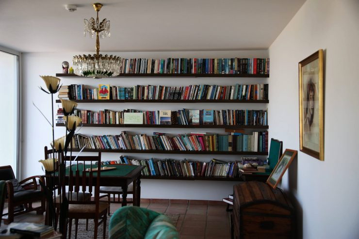 Interiors, library at A serenada enoturismo, wine tourism in Portugal | Read the full review on Due fili d'erba | Two blades of grass | Thais FK