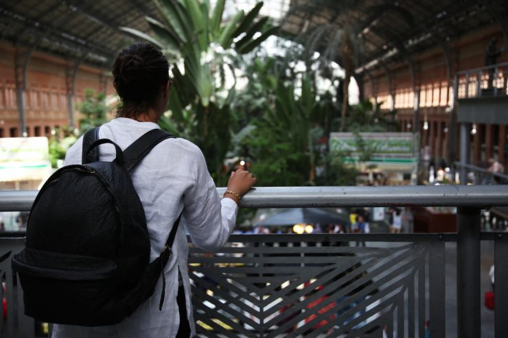 Ludwig, the pineapple leaf fiber backpack | #LUDWIGontour in Madrid Puerta da Atocha railway station | Piñatex™ | Ina Koelln on Due fili d'erba | Two blades of grass | Made in Portugal | Thais FK | #tkabroad