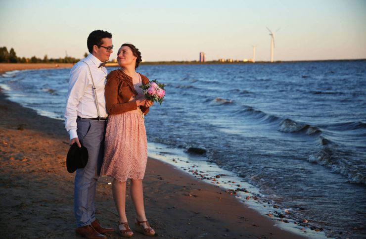 Sunset beach anniversary shoot in Finland| on Due fili d'erba | Two blades of grass | Photography by Thais FK | Engagement session | Anniversary session