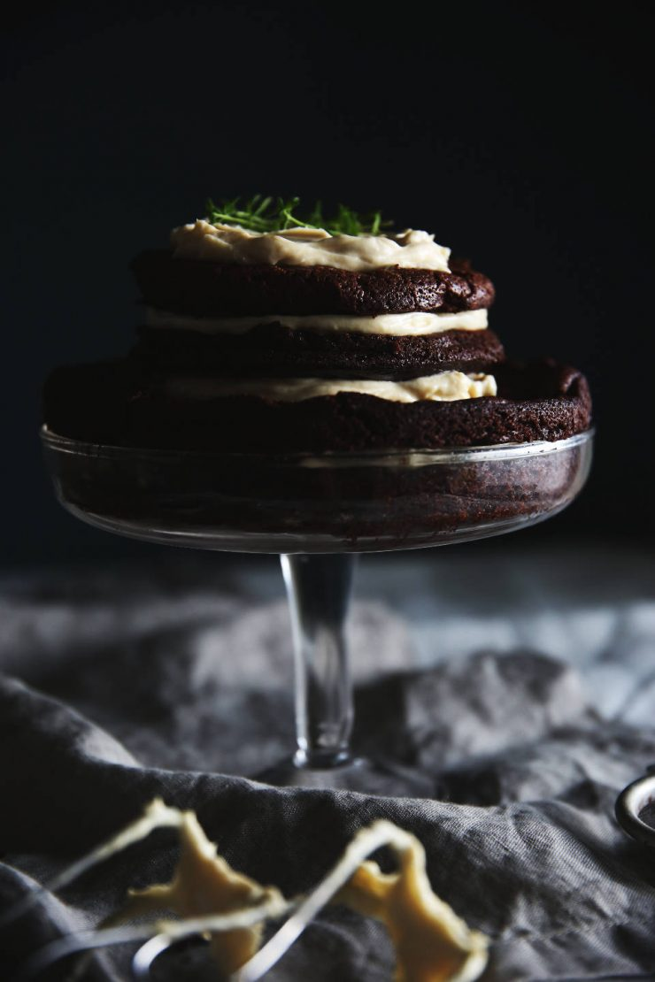 Mud layer cake with chestnut honey thyme frosting | on Due fili d'erba | Two blades of grass | Food photography | Linen kitchenware | Thais FK