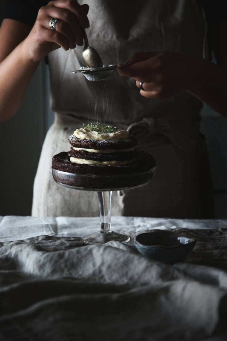 Mud layer cake with chestnut honey thyme frosting | on Due fili d'erba | Two blades of grass | Food photography | Linen kitchenware | Linen apron |Thais FK