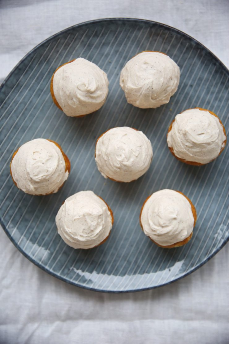 Pumpkin cupcakes with cinnamon frosting   on Due fili d'erba   Two blades of grass   Plate by Broste Copenhagen   Linens by Son de FLor and LinenMe  Autumn recipe   Photos, recipe and styling by Thais FK
