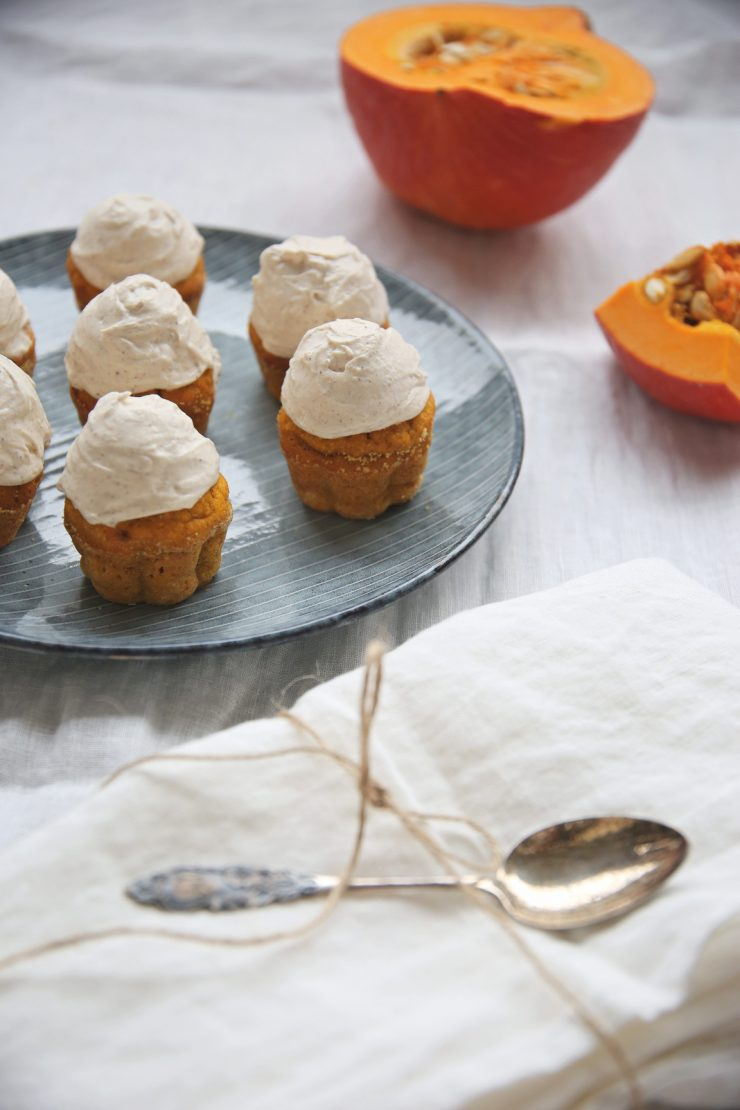 Pumpkin cupcakes with cinnamon frosting | on Due fili d'erba | Two blades of grass | Plate by Broste Copenhagen | Linens by Son de FLor and LinenMe |Autumn recipe | Photos, recipe and styling by Thais FK