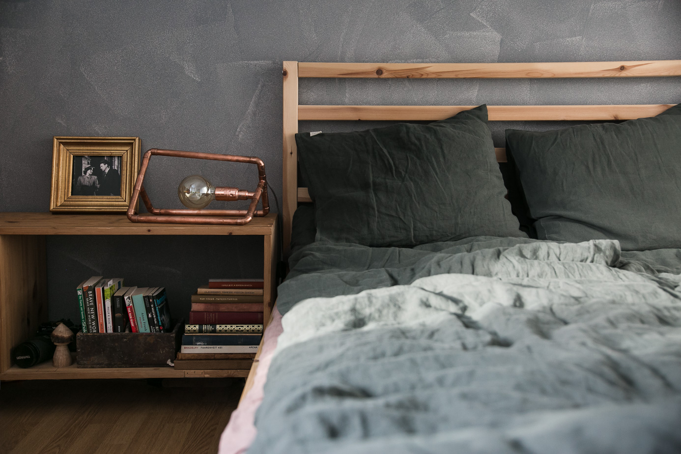 Sleeping survival guide for Nordic countries | Linen bedding by Linen Tales | Forest green duvet linen cover & ashes or roses flat sheet | Copper lamp from Pipe-Lite by Marte || on Due fili d'erba | Two blades of grass | Photos by Thais FK