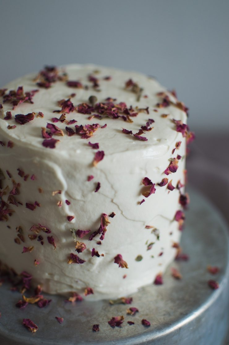 Beet red velvet cake with rose frosting | on Due fili d'erba | Two blades of grass | Linens by Son de Flor | Recipe by Thais FK