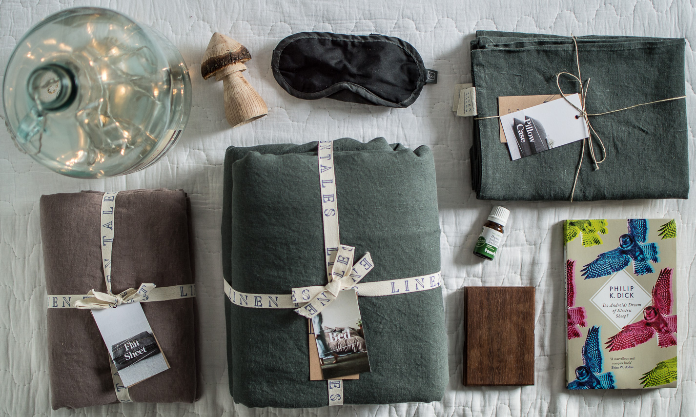 Sleeping survival guide for Nordic countries | Linen bedding by Linen Tales | Forest green duvet linen cover & ashes or roses flat sheet | on Due fili d'erba | Two blades of grass | Photos by Thais FK