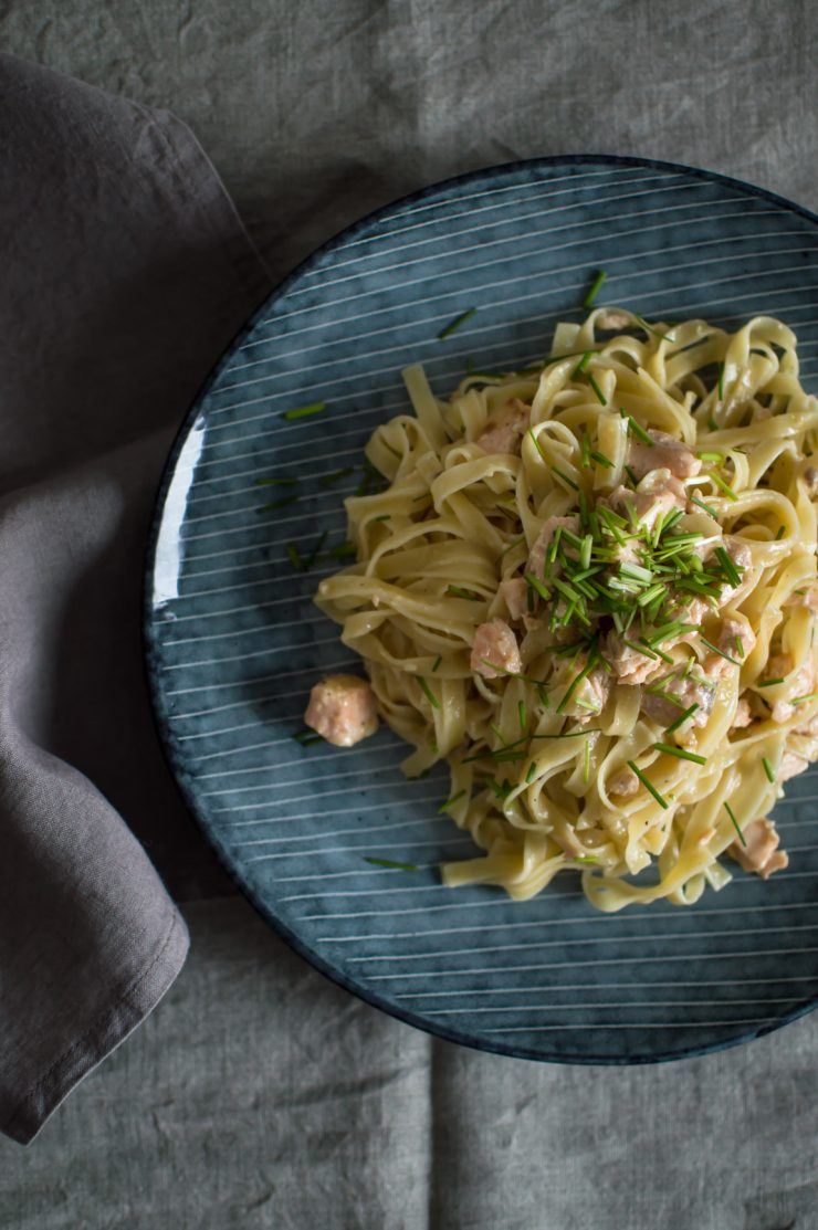 Creamy and fresh salmon pasta with mustard seeds and horseradish Recipe | on Due fili d'erba | Two blades of grass | Spices by RawSpiceBar | Linens by Son de flor | Plate by Broste | Recipe and photos by Thais FK