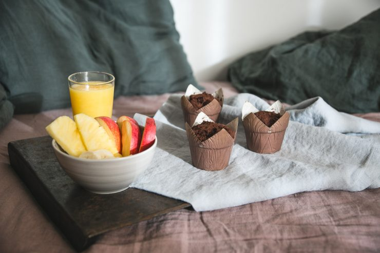 Breakfast in bed - Chocolate muffins - gluten-free, dairy-free and sugar-free | on Due fili d'erba | Two blades of grass | Linen bedding and linen table runners by Linen Tales | Bowl by Pentik | Photos and Recipe by Thais FK