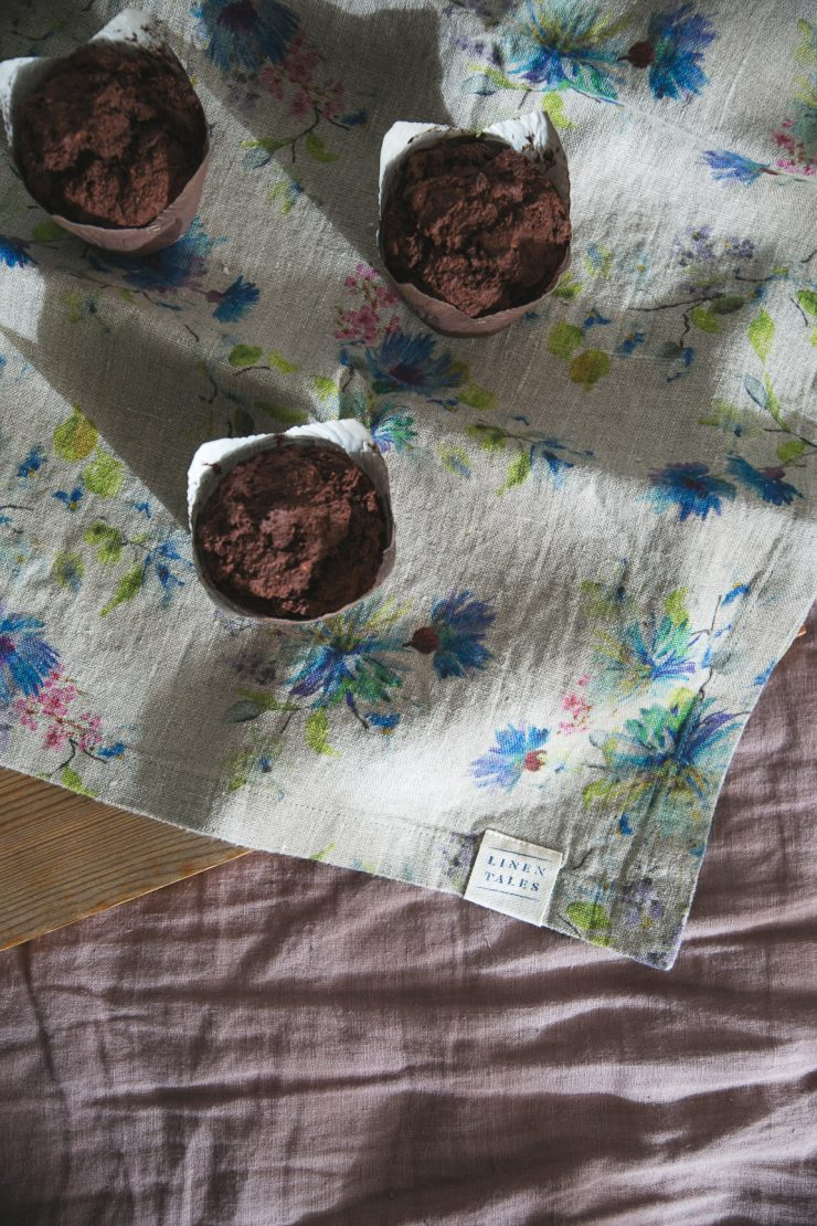 Breakfast in bed - Chocolate muffins - gluten-free, dairy-free and sugar-free   on Due fili d'erba   Two blades of grass   Linen bedding and linen table runners by Linen Tales   Bowl by Pentik   Photos and Recipe by Thais FK