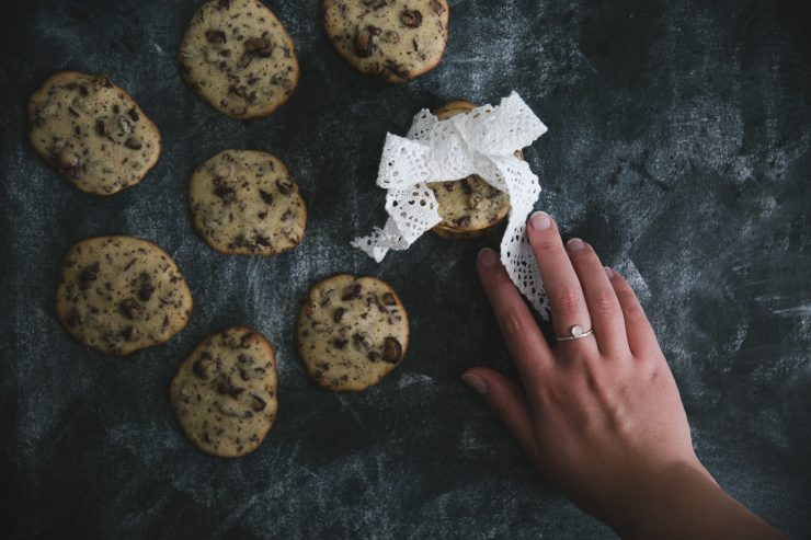 Chocolate chip cookies with two secret ingredients | on Due fili d'erba | Two blades of grass | Recipe, photos and styling by Thais FK