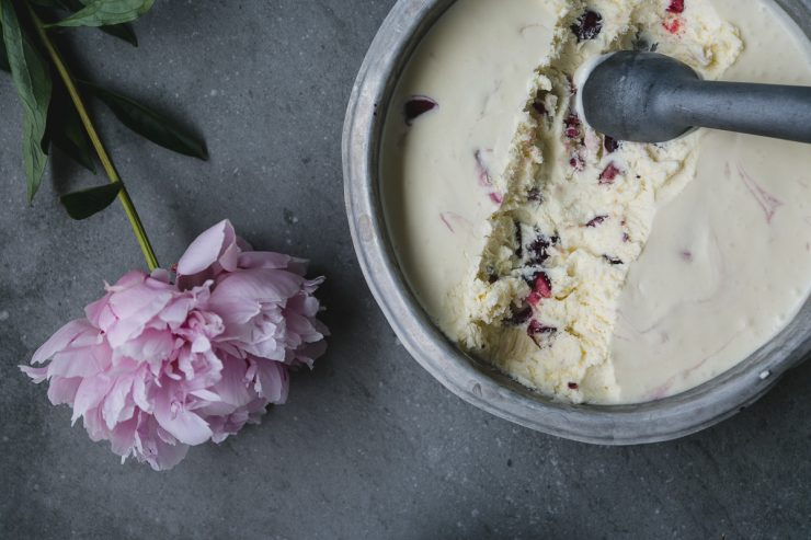 No churn 3 ingredients cherry ice cream | on Due fili d'erba | Two Blades of Grass | Photos, styling and recipe by Thais FK