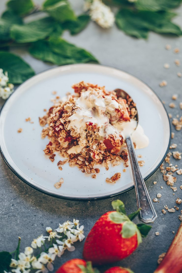 Strawberry rhubarb rye crumble   Recipe on  Due fili d'erba blog   Two Blades of grass   Photos, styling and recipe by Thais FK