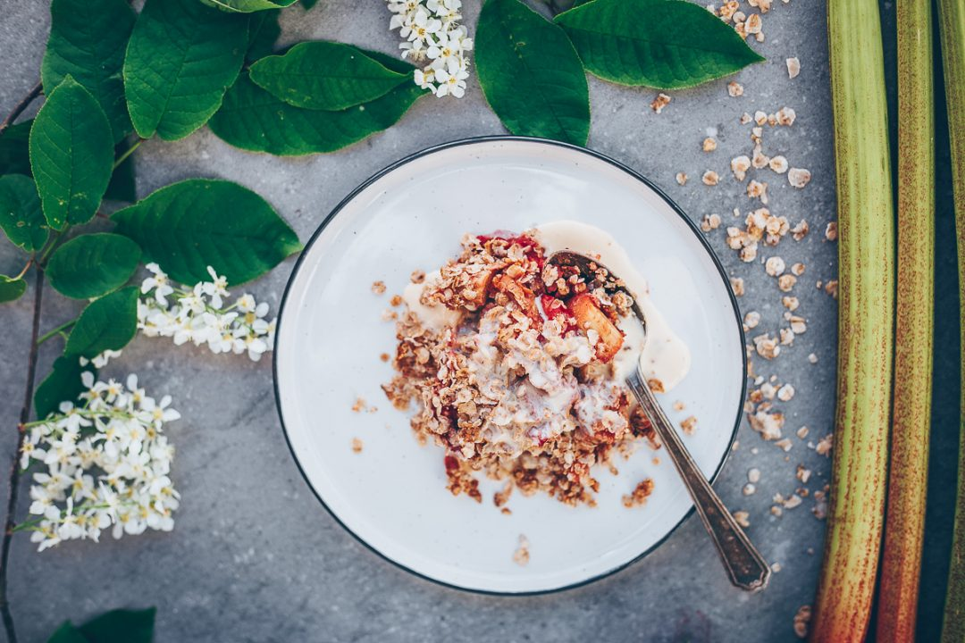 Strawberry rhubarb rye crumble | Recipe on Due fili d'erba blog | Two Blades of grass | Photos, styling and recipe by Thais FK