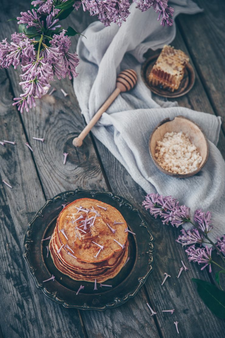 Lilac honeycomb pancakes | Recipe on Due fili d'erba | Two Blades of grass | Photos, styling and recipe by Thais FK